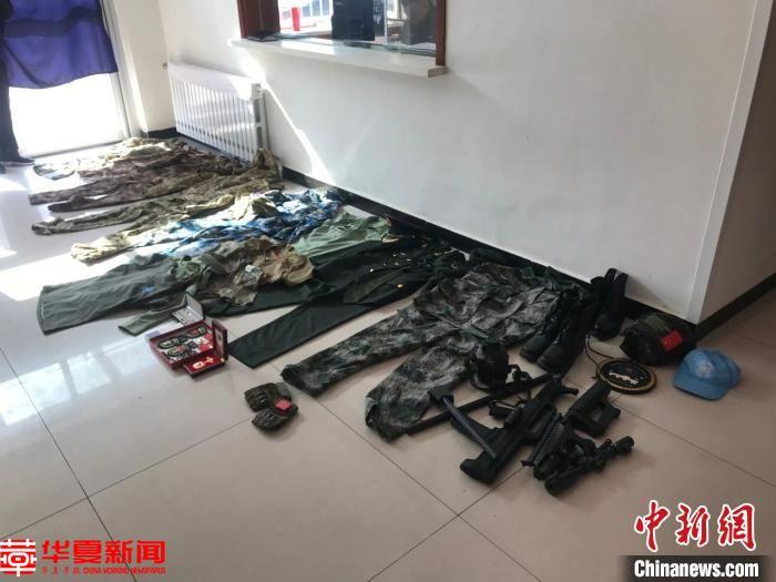 图为犯罪嫌疑人购买的假军装和枪支模型。警方供图